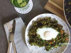 Spannend lunchgerechtje vandaag: boerenkool met ei. Het ziet er ook grappig uit vind je niet, met zo'n maagdelijk eitje in het groen?