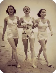 This look retro perfect Vintage Bathing Suits, Vintage Swimsuits, Retro Swimwear, Vintage Mode, Vintage Ladies, Vintage Friends, 1930s Fashion, Vintage Fashion, Edwardian Fashion