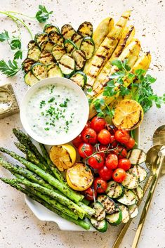 Grilling veggie is so much easier to do than you think. In this post, I'm showing you how to grill vegetables with ease and confidence. Real Food Recipes, Vegetarian Recipes, Cooking Recipes, Healthy Recipes, Vegetarian Platter, Vegetarian Grilling, Healthy Grilling, Vegetarian Dinners, Veggie Kabobs