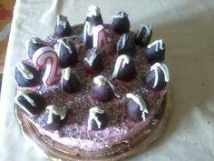 tarta mousse de fresa con fresas de chocolate