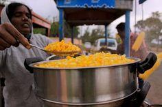 Du khách khi đến với vùng Tamil Nadu, Ấn Độ vào những ngày trời hơi se lạnh sẽ không thể cầm lòng trước những xe chở ngô với những hạt ngô thơm phức, chín vàng và nóng hôi hổi.