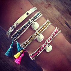 Composition de bracelets avec perles en argent et pompons de couleur - l'Atelier d'Amaya #bijoux #argent #pompons #médailles #femme