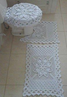 Lindos jogos de banheiro feitos em Crochê Crochet Home, Crochet Gifts, Crochet Yarn, Free Crochet, Yarn Crafts, Diy And Crafts, Crochet Blanket Edging, Bathroom Rug Sets, Crochet Tablecloth