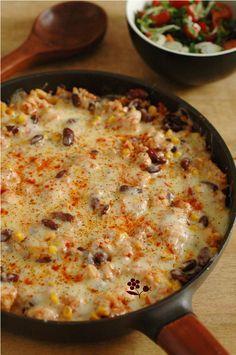 POELEE MEXICAINE PIMENTEE AU POULET (Pour 2 P : 2 blancs de poulet, 1 oignon, 1 petite boîte de tomates concassées, 1 petite boîte de grains de maïs, 1 petites boîte de haricots rouges, riz de Camargue, bouillon de poule, concentré de tomate, 1 gousse d'ail, origan, chili, cumin, sel/poivre) (FINITION : cheddar ou emmental râpé, paprika, poivre)