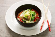 J'adore cuisiner asiatique. J'essaie au moins une fois par semaine de créer quelque chose de différent avec les saveurs de l'Asie. Je trouve que leur cuisine est tellement savoureuse et peut être parfois très simple! À vous de le constater avec cette recette! Et vous, quel est votre plat asiatique préféré? 4 portions Ingrédients 375…