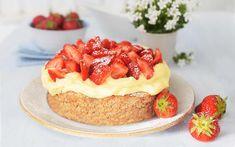 Kake med mandelbunn, vaniljekrem og friske jordbær. Denne kaken er utrolig enkel å lage og smaker veldig godt - se hele kakeoppskriften her! Frisk, Let Them Eat Cake, Cheesecake, Baking, Desserts, Food, Alternative, Tailgate Desserts, Deserts