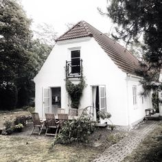 You know I love e v e r y t h i n g about Denmark, and I must admit I am a bit envious of Norwegian stylist Per Olav Solvberg who has rented that perfect house north of Copenhagen.