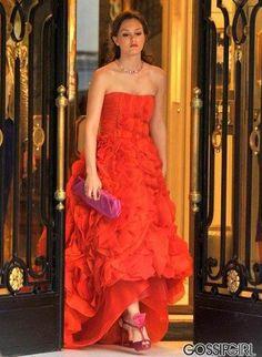 Oscar de la Renta Pre-Fall 2010 gown.  Roger Vivier clutch.  Christian Louboutin shoes.  Harry Winston necklace.