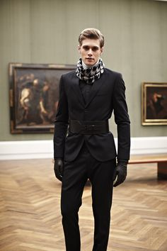 Loving this overall look, especially the classic hounds-tooth scarf and the belt is killer