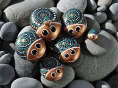 Easy Paint Rock For Try at Home (Stone Art & Rock Painting Ideas) Dot Art Painting, Rock Painting Designs, Mandala Painting, Pebble Painting, Pebble Art, Stone Painting, Painting With Dots, Art Art, Stone Crafts