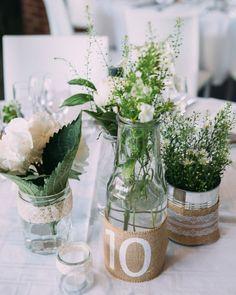 Avec vos bouteilles en verre et vos pots de confiture réalisez des marques tables