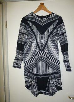 schwarz weißes Kleid mit langen Ärmeln