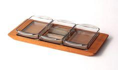 デンマークで買い付けたオードブルトレイ¥9,720(税込)  木製のトレイにガラスの容器がお行儀よく並ぶこの形はデンマークではポピュラーで、食卓を素敵に演出してくれます。おつまみを盛り合わせたりジャムやディップをいれたり、また食器としてではなくアクセサリー入れなど、使い方は様々です。<北欧家具tanuki>