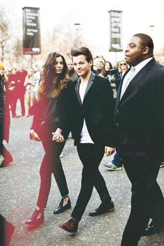 I love this picture of them ❤❤❤ <<<<<<<< I know! Louis and his bodygaurd look so cute together! ;)