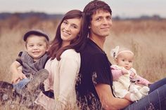 young family of 4 poses | Cute Family of four poses With the children. Have in between big kids ...