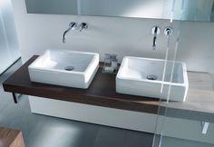Doppelter Waschplatz mit Konsole aus Holz und Armatur