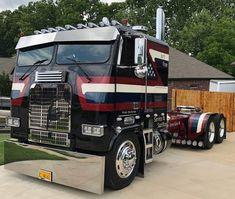 Eds Service & Sacrifice one of our favorite trucks. Big Rig Trucks, Semi Trucks, Cool Trucks, Custom Big Rigs, Custom Trucks, Giant Truck, Heavy Construction Equipment, Heavy Equipment, Truck Transport