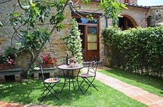Tuscany Villa Rentals in walking distance of towns: Tuscany Villa Francesca 3 - Villa Ricetro - Rental in Montemagno - Camaiore - Lucca - Tuscany Tuscany Villa Rentals, Restaurant, Places To Visit, Italy, Patio, Outdoor Decor, Distance, Walking, Home