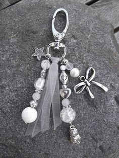 Beautiful beaded bag charm created with White and Silver Beads plus a bit of ribbon. Charm Jewelry, Jewelry Crafts, Beaded Jewelry, Handmade Jewelry, Bijoux Diy, Beads And Wire, Silver Beads, Schmuck Design, Jewelery