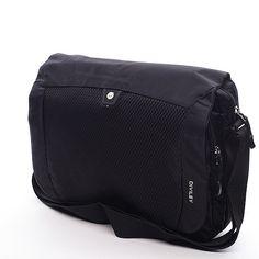 #DivileyFrank Černá taška na notebook přes rameno Diviley z textilu. Taška na notebook velikosti 14'' v zajímavém designu, který vás zaujme na první pohled. Jednoduchý styl tašky Diviley vás dostane. Tvar na šířku je typickým znakem tohoto kousku, který doplní váš šatník. Taška má velkou kapsu, která ukrývá zpevněnou kapsu na notebook a kapsu například na dokumenty. Pod klopou tašky je skrytá další kapsa na zip.