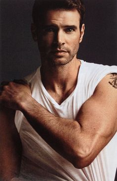 Hot daddy Scott Foley featured in NEW YOU! Daddy cool #ScottFoley, who we know from Grey's Anatomy to #Felicity, is looking great in this summer's NEW YOU. Foley, father of Malina (4) and Keller (2) and married to actrice Marika Dominczyk, lives with his family at the edge of a public nature conservancy in Calabasas, California. @ www.pretamama.com