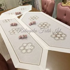 Bargello, Table Covers, Baby Knitting Patterns, Table Runners, Embroidery Stitches, Diy And Crafts, Decorative Boxes, Entertaining, Blog