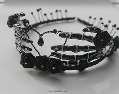 Gotische Black Rose Skeleton Bone Hand Tiara – Keep up with the times.