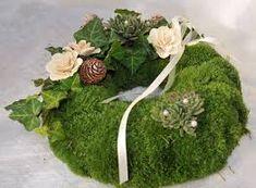kränze für allerheiligen - Google-Suche Funeral Flower Arrangements, Funeral Flowers, Burlap Wreath Tutorial, Cemetery Decorations, Floral Backdrop, Fall Decor, Holiday Decor, Deco Floral, Summer Wreath