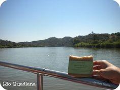 Esta vez he sido yo quien se ha llevado de paseo a uno de mis Jabones felices.La semana pasada tuve oportunidad de hacer el recorrido en barco por el río Guadiana, que para quien no lo sepa es un río que en su último tramo hasta su desembocadura separa España de Portugal, y concretando más, el Algarve de Huelva.Se coge el barco en Ayamonte y se sube por el río hasta llegar a Sanlúcar de Guadiana, ...