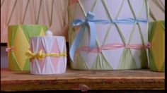 Konservburkar iklädda färgglada plastband.