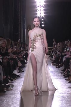 Elie Saab Look Spring Summer 2019 Haute Couture Collection Stunning Embroidered Ivory Strapless Slit Sheath Evening Maxi Dress / Evening Gown with Open Back and a Train. Runway Show by Elie Saab Elie Saab Couture, Haute Couture Dresses, Couture Fashion, Event Dresses, Bridal Dresses, Maxi Dresses, Godmother Dress, Backless Evening Gowns, Abed Mahfouz