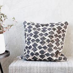 Housse de coussin en laine tissu texturé Mila House Doctor : Decoclico