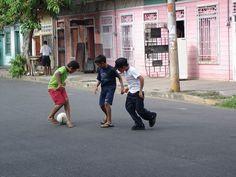 File:Costa Rica Puntarenas Niños jugando en la calle.jpg