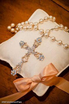 Terço de noiva para casamento com pérola e strass. Foto: Alfa Foto.                                                                                                                                                                                 Mais