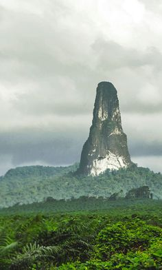 Pico Cão Grande, an oddly shaped mountain in São Tomé and Príncipe Places To Travel, Places To See, Beautiful World, Beautiful Places, Landscape Photography, Nature Photography, Giant Tree, Old Trees, Ancient Mysteries