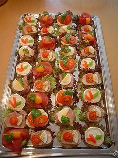 Prepare canapés - glaze with gelatine! - Delicious Meets Healthy: Quick and Healthy Wholesome Recipes Party Finger Foods, Finger Food Appetizers, Snacks Für Party, Appetizers For Party, Fingerfood Party, Canapes Recipes, Appetizer Recipes, Salmon Appetizer, Party Buffet