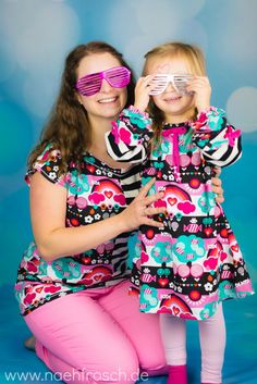 Ein buntes Mama-Tochter-Outfit aus SHALMIAK Biojersey gibts heute auf dem Blog zu sehen. Dazu die neuesten Kindersprüche zum schlapplachen von der Dreijährigen und meine wirren Gedankengänge in Schriftform. xD  (Schnitte: Kimono Tee von MariaDenmark, Tunika Hannah von farbenmix)  http://www.naehfrosch.de/2016/12/sweetdays-pink-und-noch-mehr-kindersprueche/