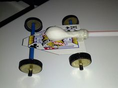 Made out of Recycled things. Playing Card, Straws, Lollipop Sticks, Water Bottle Caps, and a Balloon. Blow the Balloon up than Release it.Vrooomm it goes :) Balloon Cars, The Balloon, Balloons, Stem Projects, Science Projects, School Projects, Water Bottle Caps, Science Activities, Girl Scouts