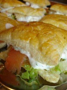 Butterdejspakker med iceberg, røget laks og rejesalat Sandwiches, Danish Food, Food Inspiration, Tapas, Vegetarian Recipes, Appetizers, Food And Drink, Lunch, Snacks