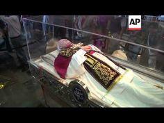 Exhibition of Pope John Paul II's personal belongings in Guadalupe church Catholic Saints, Patron Saints, Incorruptible Saints, Historical Women, Historical Photos, Juan Pablo Ii, Post Mortem Photography, Statues, Haunting Photos