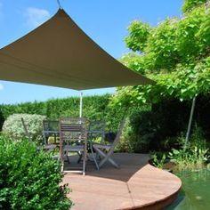 Voile d'ombre rectangulaire de 3 x 5 m. 4 poteaux permettent un réglage en hauteur suivant la course du soleil. COTE TERRASSE