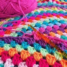 Pattern for a crochet roundie! https://www.etsy.com/de/listing/541686851/ratsche-mandala-blankie-tutorial-in