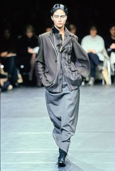 Comme des Garçons Fall 2000 Ready-to-Wear collection, runway looks, beauty, models, and reviews.