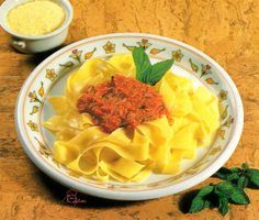 Pappardelle cu sos de roşii şi mentă Good Food, Yummy Food, Tasty, Pinterest Recipes, Homemade Food, Macaroni And Cheese, Breakfast Recipes, Food And Drink, Ethnic Recipes