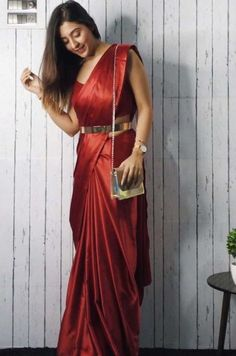 Top 7 Trending Saree Styles For 2019 Hey saree hoarder, want to spice up your ethnic wardrobe? Then check out these 7 trending saree styles that are a must have in Indian Fashion Dresses, Dress Indian Style, Indian Designer Outfits, Indian Inspired Fashion, Fashion Outfits, Trendy Sarees, Stylish Sarees, Fancy Sarees, Simple Sarees