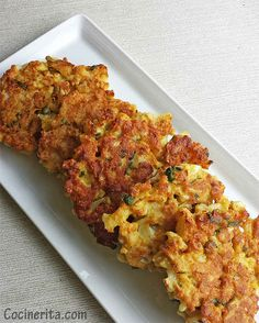 Cauliflower Fritters 1 medium cauliflower cup all-purpose flour 2 large eggs 2 garlic cloves, finely chopped 4 tbsp cornmeal tsp chili powder 1 tsp salt 5 tbsp nutritional yeast 2 tbsp fresh cilantro, chopped Fresh black pepper Cauliflower Fritters, Cauliflower Recipes, Vegetable Recipes, Cauliflower Cheese, Corn Fritters, Benefits Of Cauliflower, Cauliflower Popcorn, Skinny Recipes, Low Carb Recipes