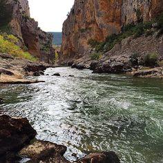 El río Irati y la Foz de Lumbier, un espacio lleno de vida. Tienen tanta, que si te sientas un rato a su vera, te contagian la suya en tal cantidad que te llena para toda la semana.  (Foto @perbertillo - #Instagram) #Navarra --> http://www.turismo.navarra.es/esp/organice-viaje/recurso/Patrimonio/3039/Foz-de-Lumbier.htm