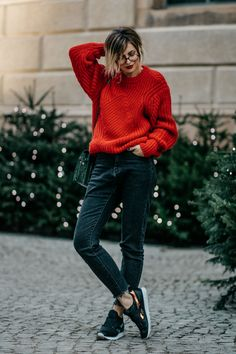 Fashion Blog from Germany. Red knit sweater+black cropped denim+black sneakers+black crossbody bag+black leather jacket. Fall Casual Outfit 2016