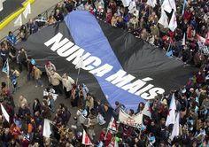 Bandeira de Nunca Máis nunha manifestación