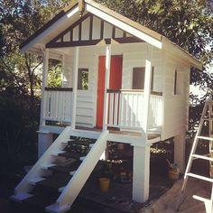 Gorgeous Cubby House - love the painted steps http://2.bp.blogspot.com/-0hNUfFEMYF8/UB4hKxhMoJI/AAAAAAAAEnY/7Hy6CyUK9dQ/s1600/cubby_finish.jpg Sandpit underneath?